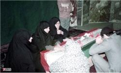 لحظه دیدار یک نویسنده با مادر سه شهید/ زهرا خانم حلالم کن