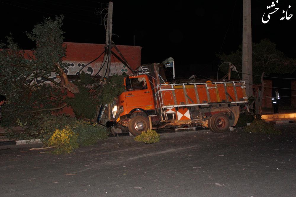 برخورد ماشین حمل کپسول گاز با ترانس برق در خیابان طالقانی رفسنجان+گزارش تصویری