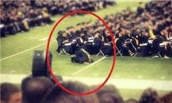 اقامه نماز توسط دانشجوی آمریکایی در جشن فارغ التحصیلی /عکس