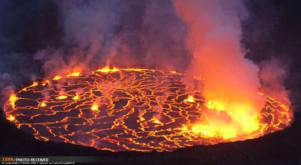 تصاویری از اقامت داغ محققان جسور در کنار بزرگترین دریاچه مذاب جهان