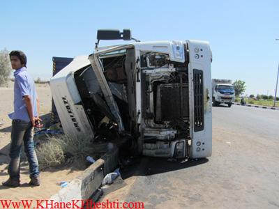 واژگونی یک دستگاه تریلی در بلوار ولایت رفسنجان + تصویر