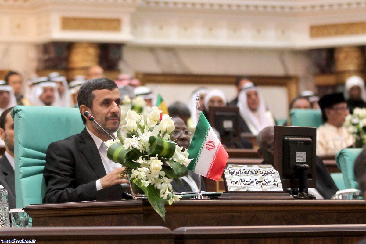 احمدینژاد در نشست سران کشورهای اسلامی:آزادی و دموکراسی از لوله تفنگ ناتو به دست نمیآید