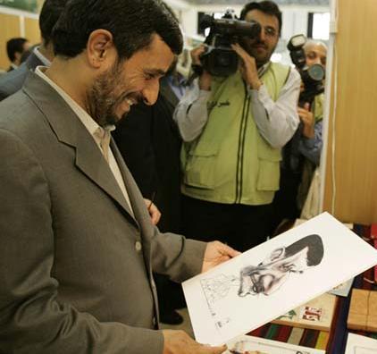 واکنش احمدی نژاد به کاریکاتورش + عکس
