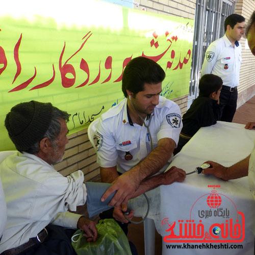 انجام تست رایگان فشار خون و مشاوره پزشکی برای بیش از ۵۰۰ نفر در نماز جمعه + عکس