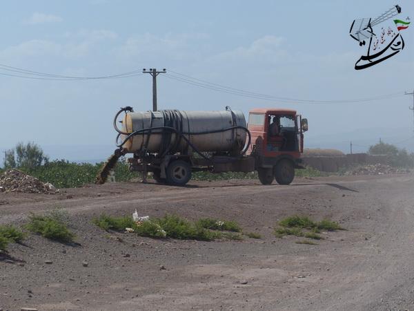 تخلیه غیربهداشتی فاضلاب در چند متری منازل مردم رفسنجان