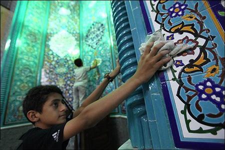 مساجد رفسنجان به مناسبت ماه مبارک رمضان غبار روبی و عطرافشانی شد