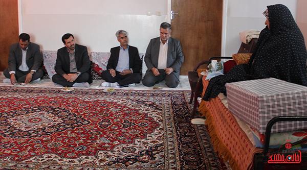بازدید معاون استاندار از خانواده دو شهید حسینی روستای لاهیجان