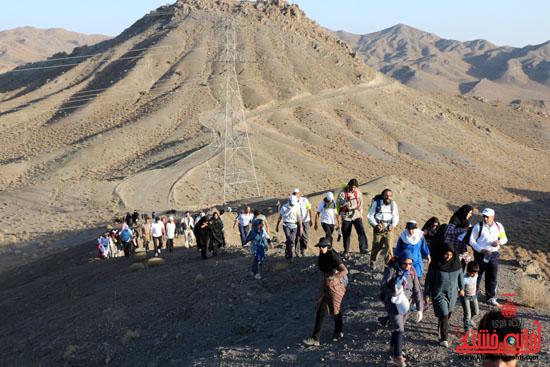 همایش بزرگ کوهپیمایی خانوادگی در رفسنجان-روز خبرنگار-شهید خبرنگار (9)