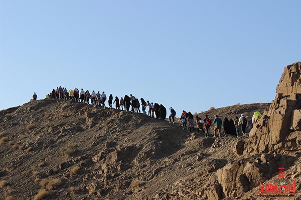 دوربین خانه خشتی در همایش بزرگ کوهپیمایی خانوادگی رفسنجان