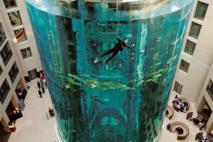 آسانسور در بزرگترین آکواریوم جهان+تصاویر