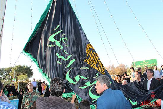 به مناسبت آغاز محرم، پرچم میدان امام رضا(ع) رفسنجان تعویض شد+تصاویر