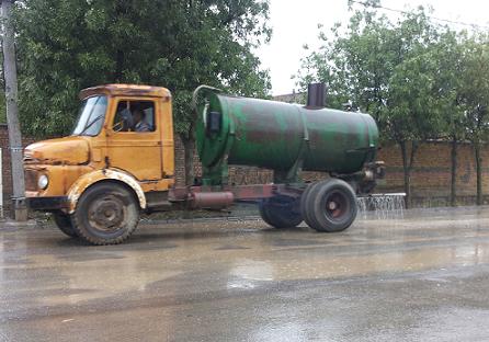 آب پاشی خیابان بیله سوار در یک هوای بارانی