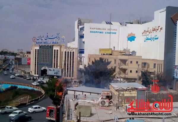 عکس/آتش سوزی در میدان شهدای رفسنجان به دلیل قطعی برق