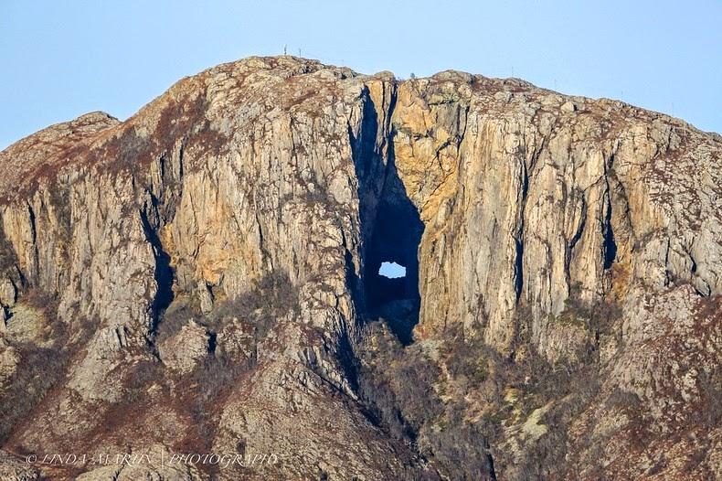 کوهی که به طرز عجیبی سوراخ شده است + تصاویر