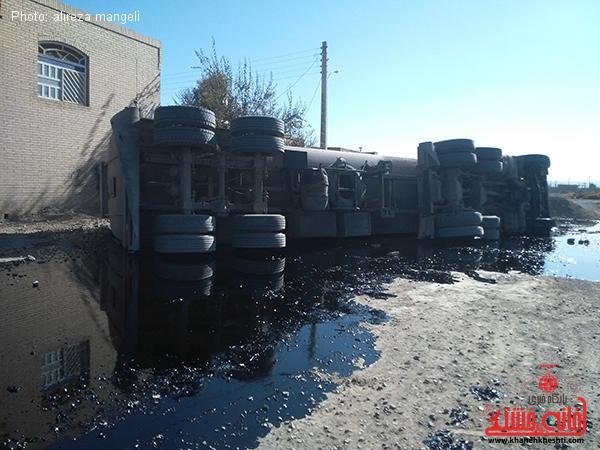 منحرف شدن تانکر نفت در جاده انار_رفسنجان1