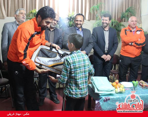 اهدای هدایا به بچه های بی سرپرست پرورشگاه معین زاده رفسنجان(خانه خشتی)