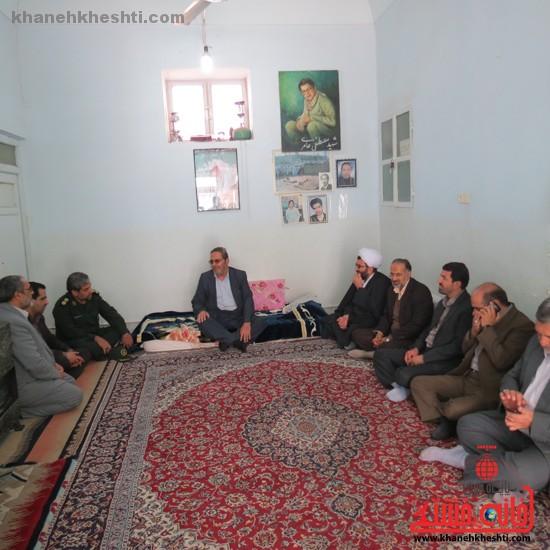 دوربین خانه خشتی در بازدید مسئولان رفسنجان از خانواده ی شهداء