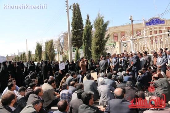 فرهنگیان رفسنجانی در اعتراض به وضعیت معیشتی خود مقابل فرمانداری تجمع کردند (۱۲)