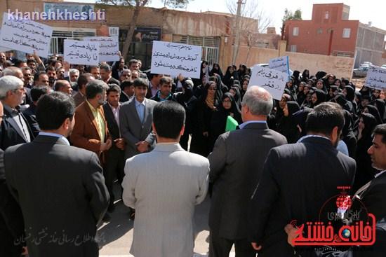 فرهنگیان رفسنجانی در اعتراض به وضعیت معیشتی خود مقابل فرمانداری تجمع کردند (۴)