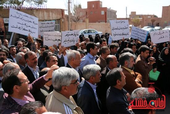 فرهنگیان رفسنجانی در اعتراض به وضعیت معیشتی خود مقابل فرمانداری تجمع کردند (۵)
