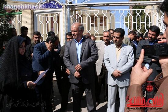 فرهنگیان رفسنجانی در اعتراض به وضعیت معیشتی خود مقابل فرمانداری تجمع کردند (۷)