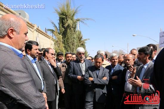 فرهنگیان رفسنجانی در اعتراض به وضعیت معیشتی خود مقابل فرمانداری تجمع کردند (۸)