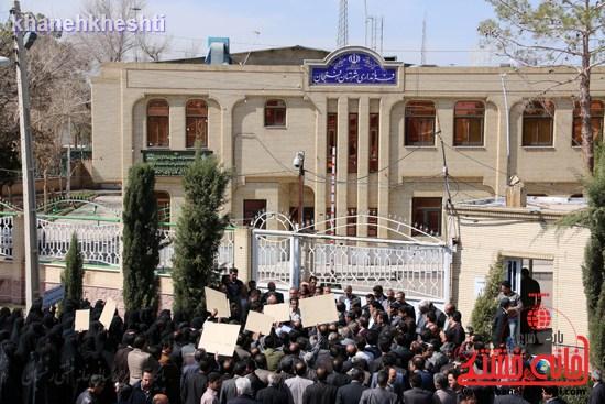 فرهنگیان رفسنجانی در اعتراض به وضعیت معیشتی خود مقابل فرمانداری تجمع کردند (۹)