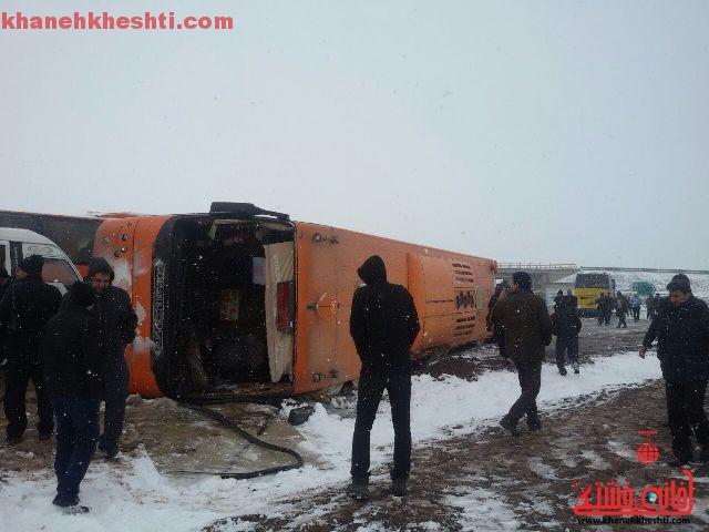 وازگونی اتوبوس در محور سرچشمه – رفسنجان به علت بارش برف + عکس