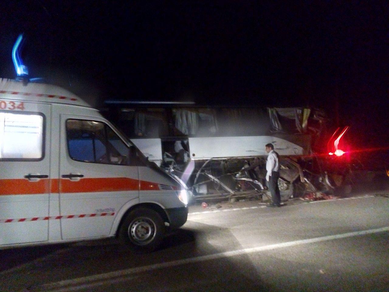 ۱۲ کشته و زخمی در برخورد یک دستگاه اتوبوس و کامیون در محور رفسنجان انار + عکس