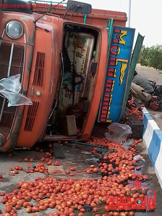 کامیون حامل بار گوجه فرنگی در رفسنجان واژگون شد+عکس