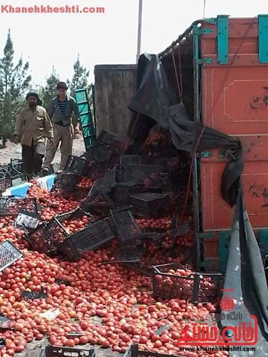 چپ کردن کامیون بار گوجه در رفسنجان-خانه خشتی (۳)