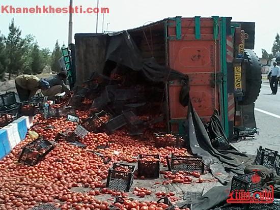 چپ کردن کامیون بار گوجه در رفسنجان-خانه خشتی (۴)