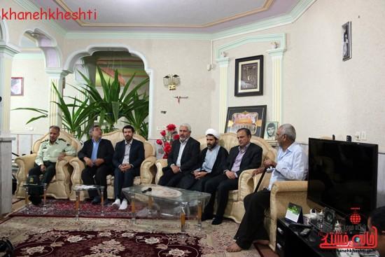 استاندار کرمان با خانواده شهیدان کدخدایی در رفسنجان دیدار کرد (۲)