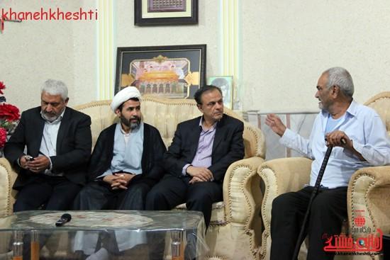 استاندار کرمان با خانواده شهیدان کدخدایی در رفسنجان دیدار کرد