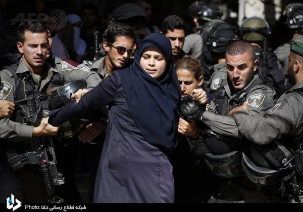 عکس/زن فلسطینی در محاصره ۵ نظامی اسرائیلی