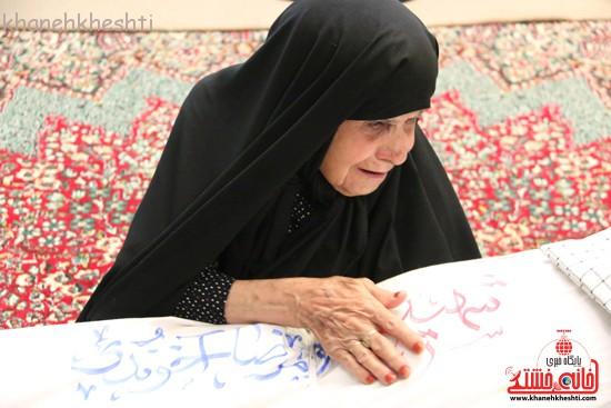 تصاویر/مادر شهید آخوندی پس از ۶۰ سال دوباره قنداق پسرش را در آغوش گرفت