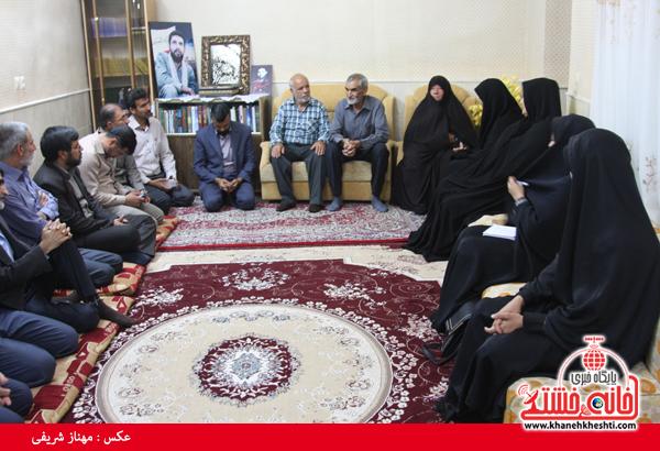 جمعی از خبرنگاران رفسنجان با خانواده شهید رحمانی دیدار کردند + عکس