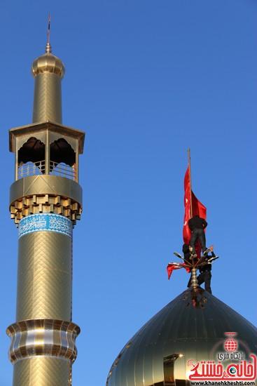 پرچم حرم امام حسین(ع) بر فراز گنبد مسجد صاحب الزمان (عج)هیئت کاظمیه رفسنجان (۱۲)