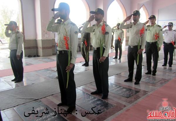 سبزپوشان نیروی انتظامی رفسنجان قبور شهدا را گلباران کردند / عکس