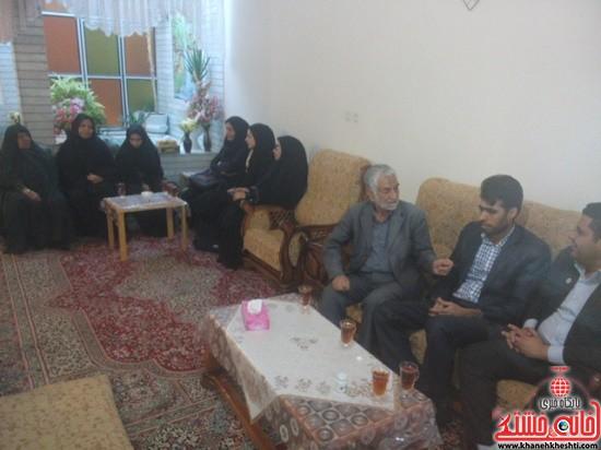دیدار دانشجویان مفاخر رفسنجان با خانواده شهید-خانه خشتی (۱)