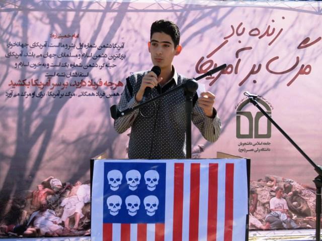 حضور دانشجویان دانشگاه ولی عصر (عج) رفسنجان در تریبون «زنده باد مرگ بر آمریکا» + عکس