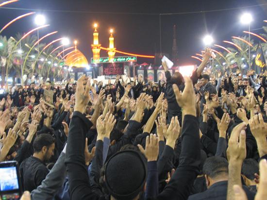 دوربین خانه خشتی همراه با عزاداران حسینی در بین الحرمین