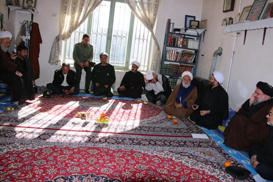 دروبین خانه خشتی در دیدار آیت الله خاتمی با پدر دو شهید رفسنجان