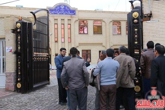 تجمع مردم روستای علم آباد در مقابل فرمانداری (۱)