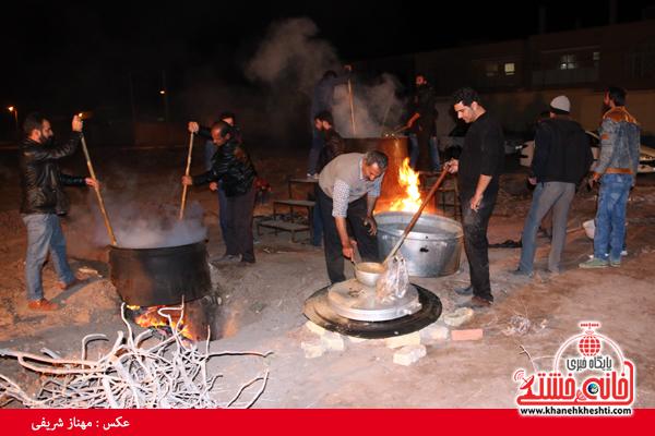حلیم نذری شب پایان ماه صفر برای پنج هزار نفر طبخ شد+عکس