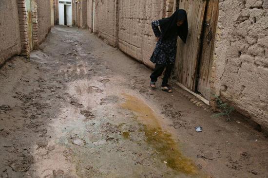 کوچه های پر از گل و لای روستای لاهیجان یا جاده دوبانده بیرون آن؛ الویت با کدام است؟ / تصاویر