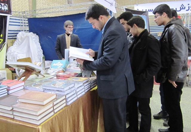 دانش آموزان اتحادیه انجمن اسلامی رفسنجان از نمایشگاه کتاب و مطبوعات بازدید کردند