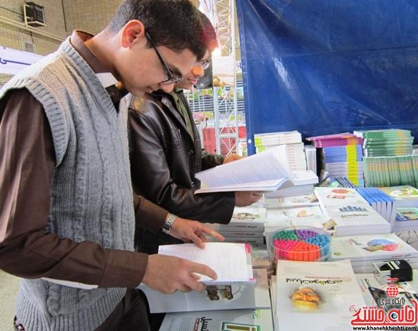 بازدید اعضای اتحادیه انجمن اسلامی دانش آموزان رفسنجان از نمایشگاه کتاب_خانه خشتی (۲)