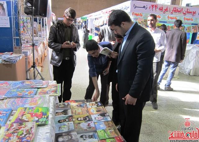 بازدید اعضای اتحادیه انجمن اسلامی دانش آموزان رفسنجان از نمایشگاه کتاب_خانه خشتی (۷)