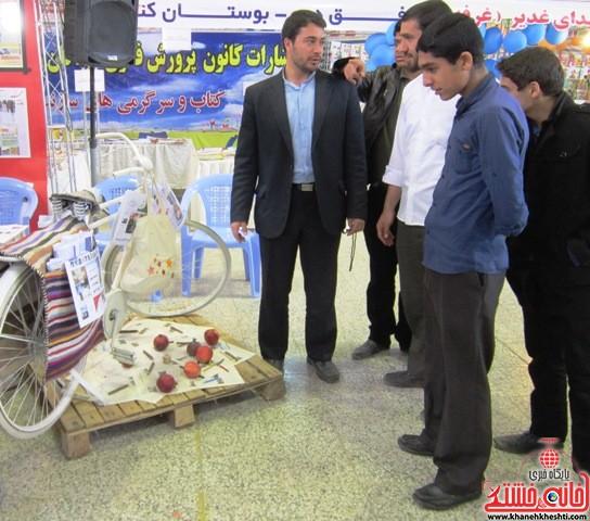 بازدید اعضای اتحادیه انجمن اسلامی دانش آموزان رفسنجان از نمایشگاه کتاب_خانه خشتی (۹)